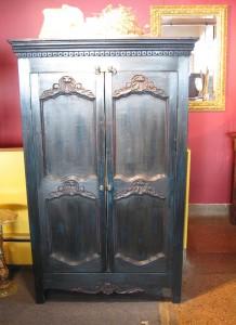 Armoire rustique sculptée