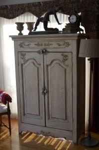 Armoire sculptée en bois brut