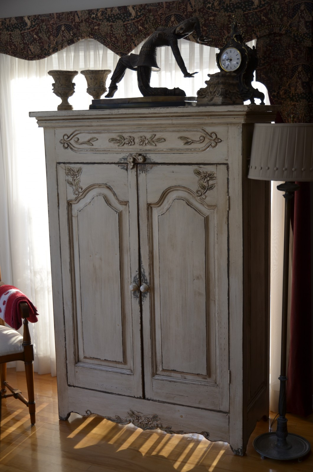 armoire sculpt e en bois brut meubles des patriotes. Black Bedroom Furniture Sets. Home Design Ideas