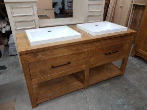 Vanité à deux lavabos et deux tiroirs. Un style tout aussi chic que rustique !