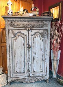Armoire sculptée en bois ancien